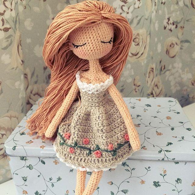 Итоговое фото босоножечки. Куколка получилась ростом 18 см. Связана из хлопка, наполнитель гипоаллергенный. Волосы можно расчесывать, делать причёски. Не продаётся. ‼️Принимаю заказы‼️ Возможно выполнить куколку с любым цветом волос и нарядом. Послужит отличным подарком для девочек от 5 до 120 лет) Такая малышка прекрасно впишется в современный интерьер. Стоимость обсуждается в Директ. #doll #crochetdoll #amigurumi #crochet #instacrochet #handmade  #кукла #кукланазаказ #кукларучнойработы…
