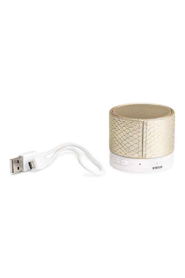 Altoparlante wireless: Piccolo altoparlante wireless in metallo e plastica. Comando volume, pulsante riproduzione/pausa e interruttore on/off. Con batteria al litio da 150 mAh. Tempo di ricarica: circa 2 ore. Autonomia: 45-60 minuti. Altezza 5 cm, diametro 6 cm. Completo di cavo di ricarica con connettore USB tipo A da una parte e USB Mini-B dall'altra.