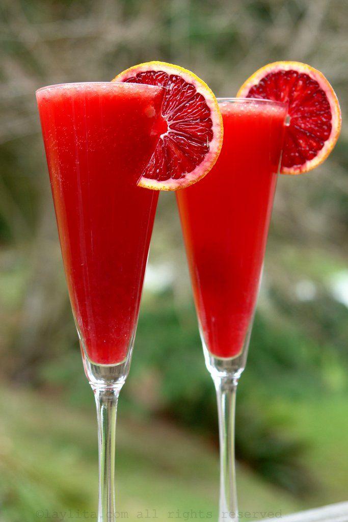 Coctel de Campari con vino espumoso y naranja roja
