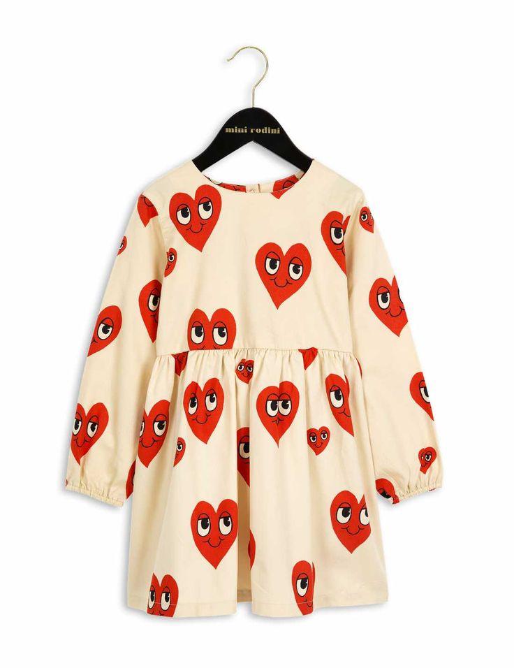 Off-white-färgad klänning i vävd bomull med långa ärmar, rynk i midjan och printade hjärtan i rött.