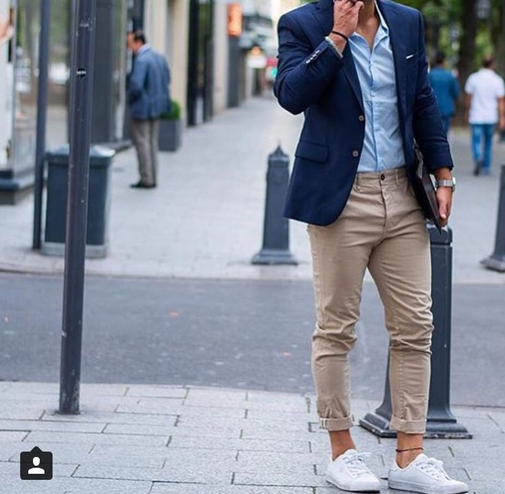 Die: White Sneakers + Beige Chinos + Lightblue Simple Shirt + Navy Blazer