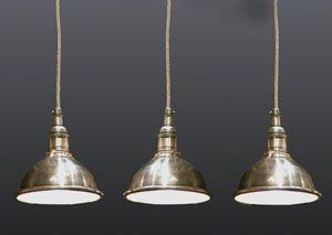 Une suspension en nickel s'accrochant au plafond à l'aide d'un fil en inox. Idéal pour éclairer le plan de table de la cuisine, une grande table rectangulaire, ou à disposer dans un long corridor. Cette suspension en nickel est vendue à l'unité avec son fil. Une création Chehoma