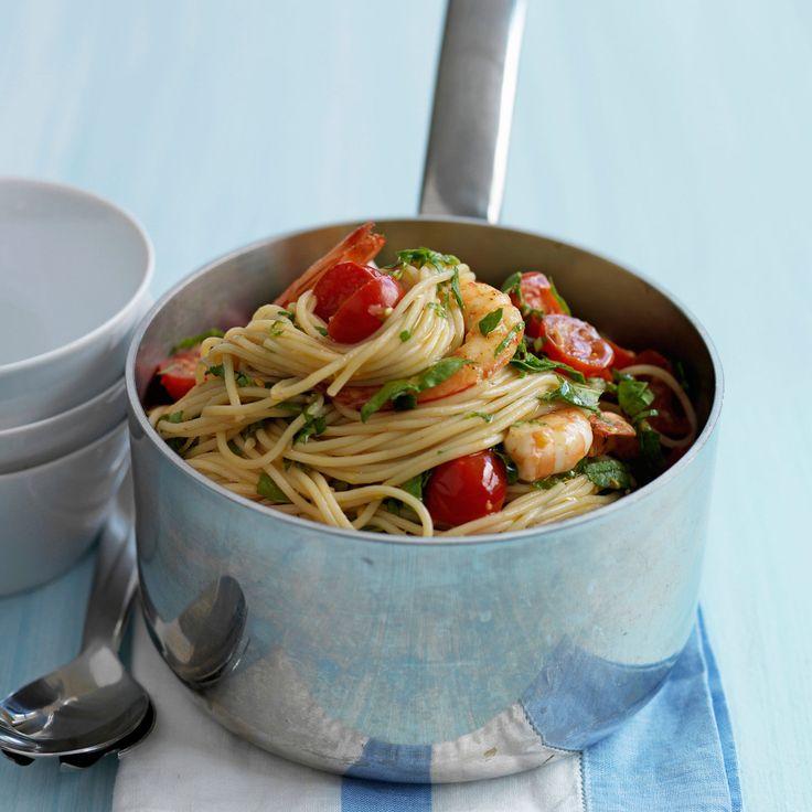 Découvrez la recette Spaghettis aux crevettes et aux tomates cerise sur cuisineactuelle.fr.
