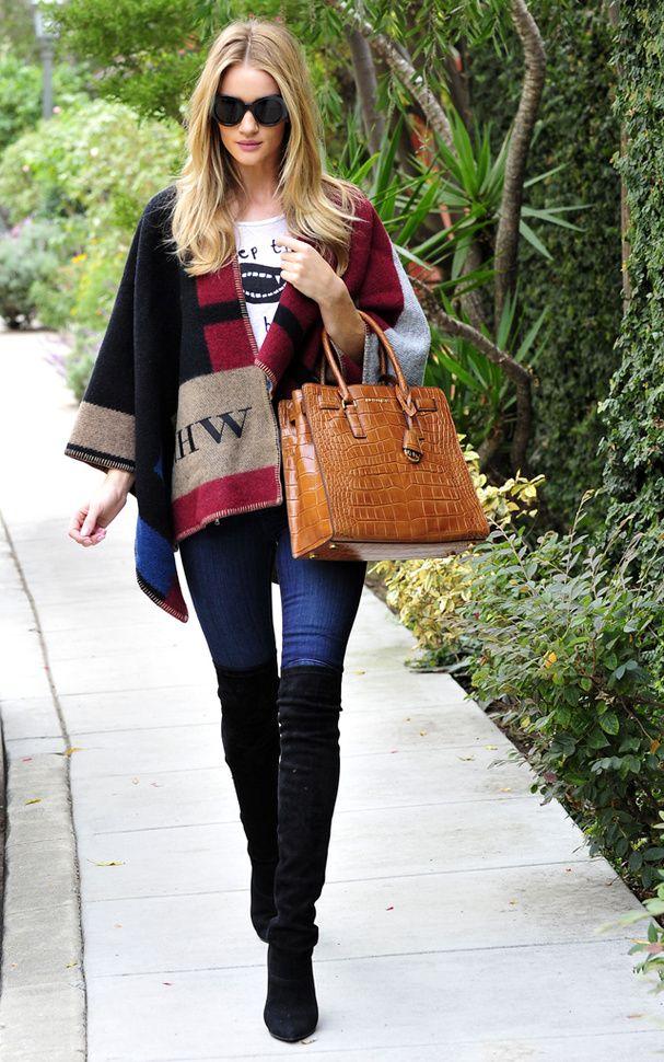 Le look de Rosie Huntington-Whiteley: les cuissardes noires et la cape Burberry que tous les fashionistas s'arrachent. Elle mixe le tout avec un jean skinny et un tee-shirt imprimé.