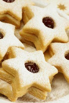 Utiliza estas receta para preparar deliciosas Galletas de Mantequilla rellenas de Mermelada que puedes elegir del sabor de tu preferencia, son especiales para Navidad pero también puedes prepárarlas en cualquier época del año.