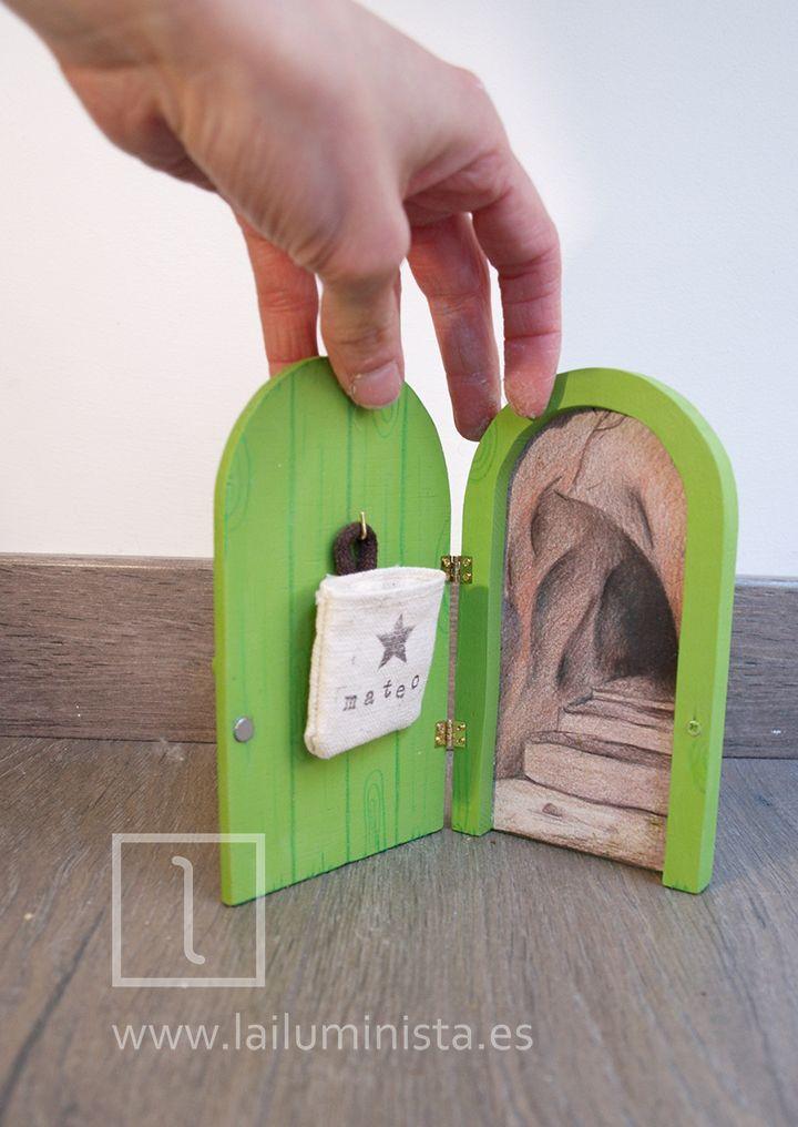 Esta puerta para el ratoncito Pérez es un original regalo para niños a los que se les están cayendo los dientes de leche. Se puede personalizar el saquito, el color de la puerta y la placa. Hecha a mano.