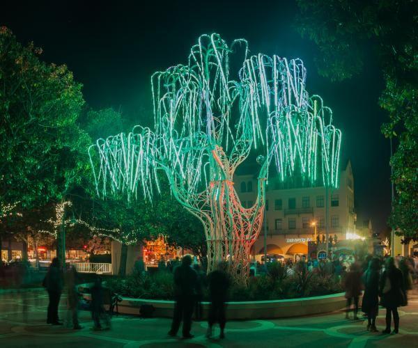 ¿Ya conocías el arte de Charles Gadeken? Este y otros artistas contemporáneos participarán con instalaciones monumentales en uno de los festivales mas importante de la música, el festival #Coachella ; Charles Gadeken en una de sus instalaciones utilizó 40,000 #LED´s este árbol es un ejemplo de cómo la luz puede crear arte #WeUnderstandLighting http://bit.ly/1rZ0AJv