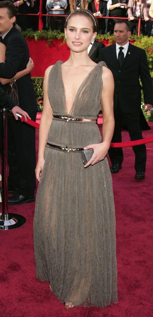 Natalie Portman con un look romántico. Como es característico en la bella actriz llevó un suave maquillaje y el cabello recogido adornado por una tiara en la 77° entrega de los Oscar