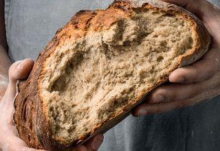 Brot in der Hand