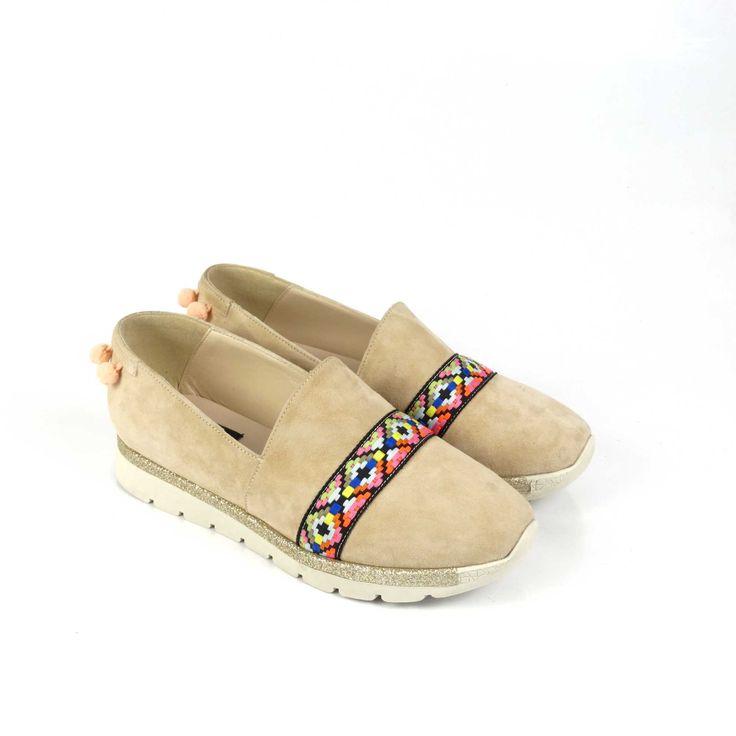 Pantofi de damă Mineli Ethnic realizați din piele camoscio și stilizați cu motive etnice, sunt ideali pentru a completa o ținută relaxată de vară.