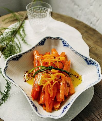 Ecco un contorno veloce e invitante: carote caramellate. Le carote in frigo ci sono sempre, aspettano solo di essere usate come ingrediente principale. Questa ricetta le abbina all'arancia. E' un contorno per golosi e per chi non si accontenta di carote caramellate con zucchero. Detto così sembra una ricetta tosta per uomini duri. In realtà …