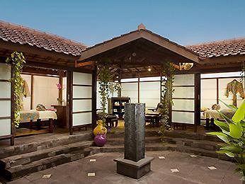 Novotel Yogyakarta menawarkan berbagai fasilitas leisure seperti kolam renang luar ruangan, pusat kebugaran, sauna, spa, salon, serta klub anak. Hotel bintang 4 ini juga memiliki layanan shuttle gratis ke Malioboro, salah satu kawasan wisata terpopuler di Yogyakarta. Pemesanan, klik http://www.voucherhotel.com/indonesia/yogyakarta/178093-novotel-yogyakarta-yogyakarta/