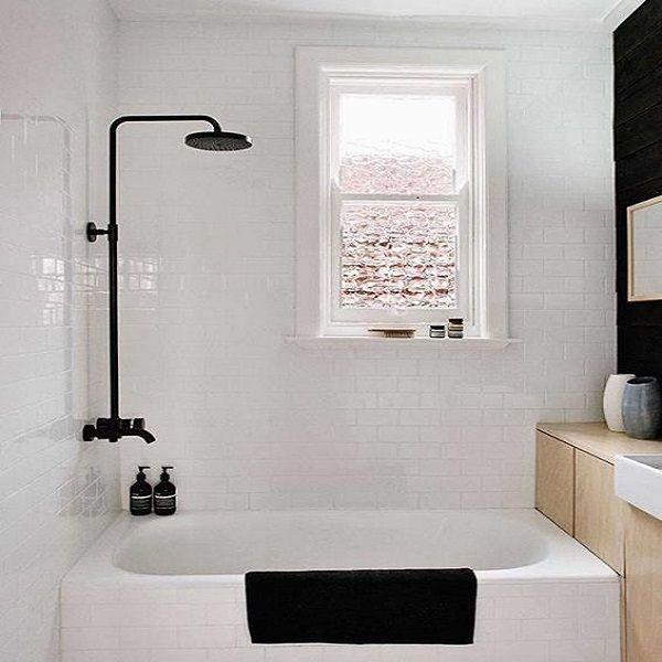 Une petite baignoire sabot dans une mini salle de bain contemporaine c'est top et avec une robinetterie noire c'est contemporain.