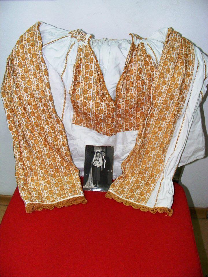 Vintage traditional Romanian blouse (IIE) -- via IIA Calatoare