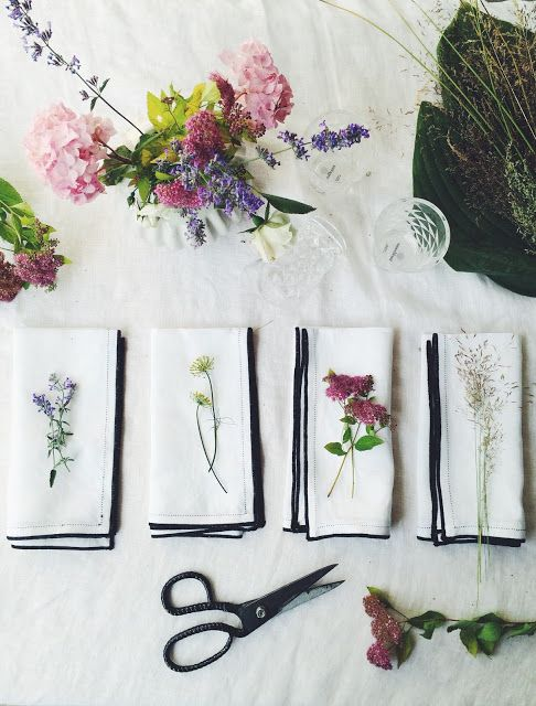 Decorate your summer table setting with flowers and napkins in cotton from tinekhome