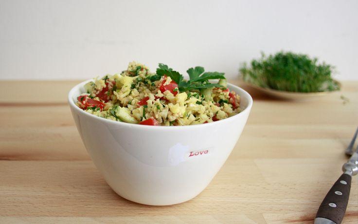 Glutenfreier, Rohkost-Couscous aus Blumenkohl mit Kräutern, Tomaten und Gurke und schon habt ihr einen leckeren Rohkost-Salat!