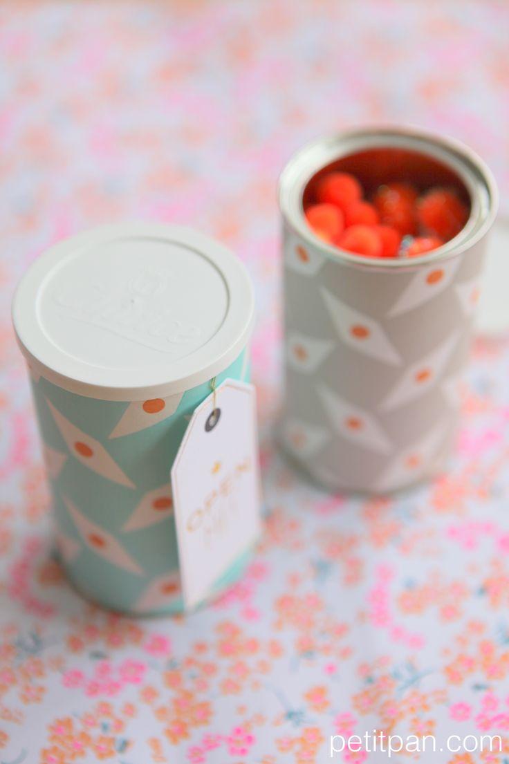 deuxième vie pour des boîtes de nescafé; avec des chutes de papier peint Petit Pan http://www.petitpan.com/221-papier-peint-