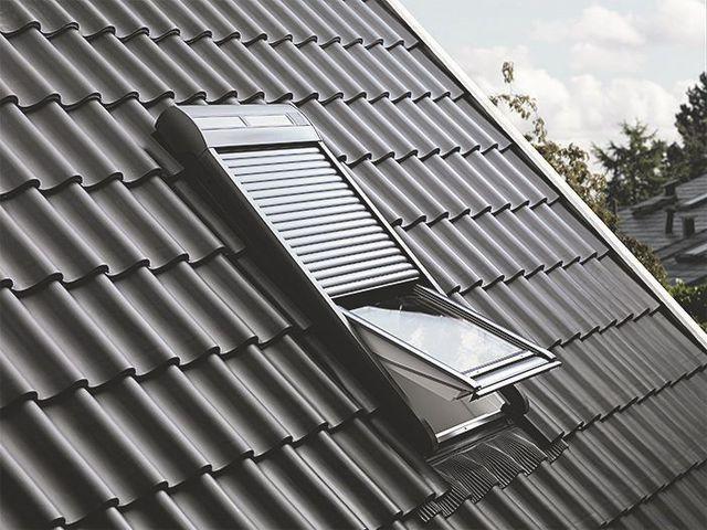 Il est possible d'adjoindre à une fenêtre de toit de multiples équipements, comme un volet roulant doté de capteurs solaires ou un détécteur de pluie.