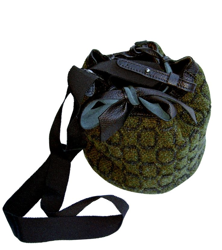 Outback bag in handwoven fabric nuba green. 100% shetland wool. leather details. gros grain handle.