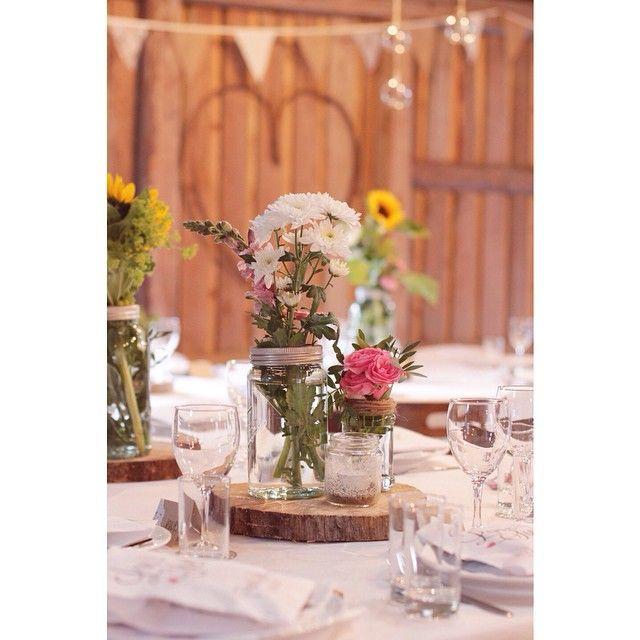 Nydelig finish på bryllupsbordet til Susanne Moseid Olsen. Flotte blomster som passer godt til hverandre, vimpler i bakgrunnen, hjerte på veggen. Alt i alt et stilig konsept. <3