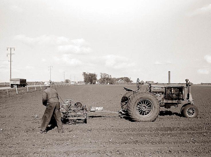Трактор в поле. Штат Айова, 1940 год.