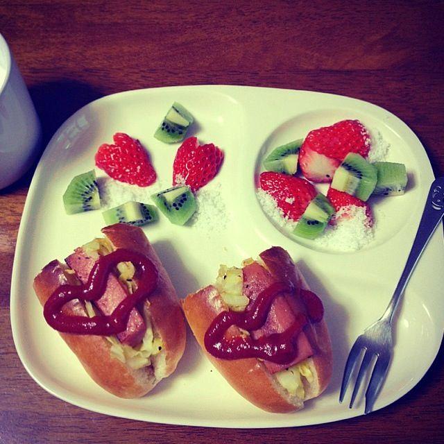 ホットドッグ キウイ 苺お砂糖がけ 牛乳 - 27件のもぐもぐ - ハルの朝ごはん by michi