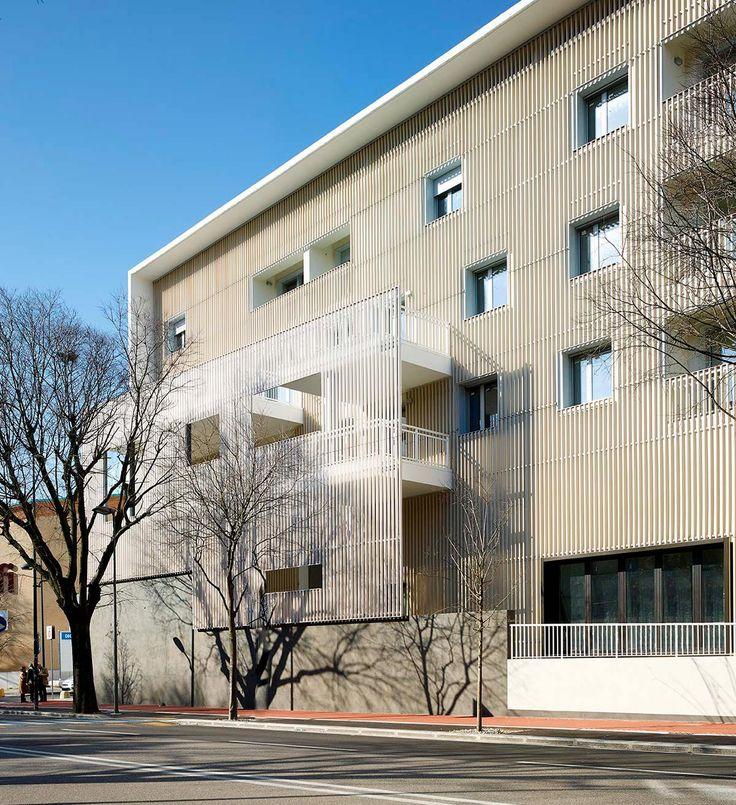 Facade articulation, hanging steel frame. #residence #commercial #brisesoleil #suspended #wall #facade #light #frame #semitransparent