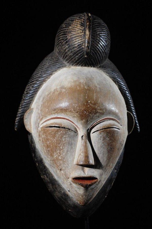 Dans les grandes régions de la vallée de laNgouniéet de laNyanga, Sud et centre Sud duGabon, les cérémonies funéraires étaient l'occasion de la sortie des masques blancs ditsOkuyi,Mukuyi ou Mukudjiselon les endroits. Les masquesOkuyisont des masques de bois tendre, légers, blanchis d'argile blanc (autrefois mélangé à de la poudre d'os). Ils sont la représentation commémorative d'ancêtres morts, hommes ou femmes. Le fait que les masques puissent être séxués explique…
