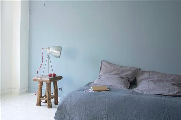 ambiance zen dans cette chambre minimaliste les draps en. Black Bedroom Furniture Sets. Home Design Ideas