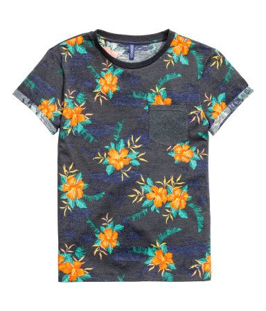 Dark blue/Floral. T-shirt in cotton jersey with a chest pocket and sewn-in turn-ups on the sleeves.