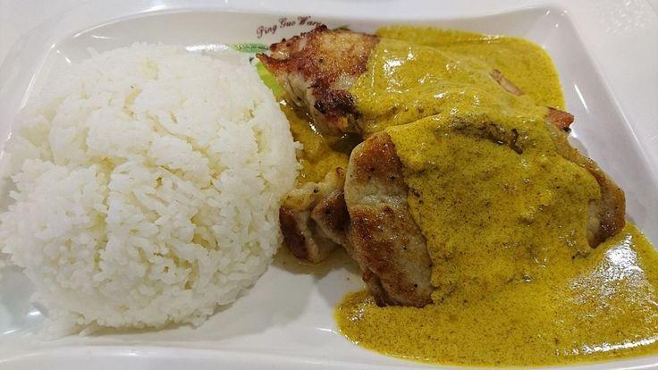 Recept på Currysås. Enkelt och gott. Currysås är ett omtyckt tillbehör till kyckling, fläskfilé och fisk. Till sallad är det förstås gott med kall sås, men till kokt eller stek kyckling, eller friterade maträtter, är varm sås att föredra. Varm sås måste man reda och här är det vanligast att använda vetemjöl och smör. Grädde i såsen gör den extra fyllig. Vissa använder banan eller äpple och schalottenlök för att framhäva smaken av curry. I kalla currysåser är basen ofta crème fraiche, yoghurt…