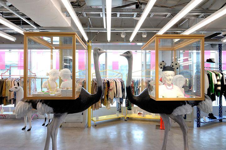 Смелый дизайн магазина модной одежды Opening Ceremony в Токио Оригинальный интерьер магазина выполнен в безупречном стиле, поэтому продавцы Токио и OC учредители считают именно его за образец. Leon и Lim's держат руку на пульсе мировой моды, они сотрудничают с Martin Margiela, Adidas и Rodarte и домом Kenzo