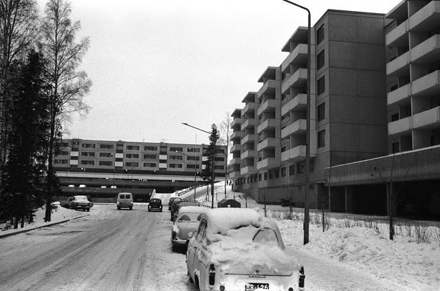I love the functionalistic architecture of 60s and 70s, it's so underrated... This view is from Kankaretie 7, Jakomäki, Helsinki in 1969. It was taken by Simo Rista as part of a project aiming to film the contemporary Helsinki in the 70s for next generations.