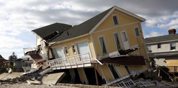 Exit Fossiel. Klimaatverandering leidt tot extremere weersomstandigheden en enorme kosten. De orkaan Katrina in 2005, een van de meest onderzochte klimaatrampen, zette New Orleans onder water en liet een spoor van vernieling achter. Schade: 140 miljard dollar. Wie gaat die schade vergoeden? 'De vervuiler betaalt', zou je zeggen. Maar wie is verantwoordelijk voor de uitstoot van CO2? Iedereen? Niemand? De regering? Oliemaatschappijen? MVO trendrapport 2015.