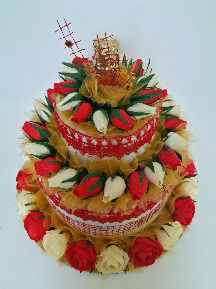 Торт из 2 ух полотенец, роз с конфетами внутри и шампанским.