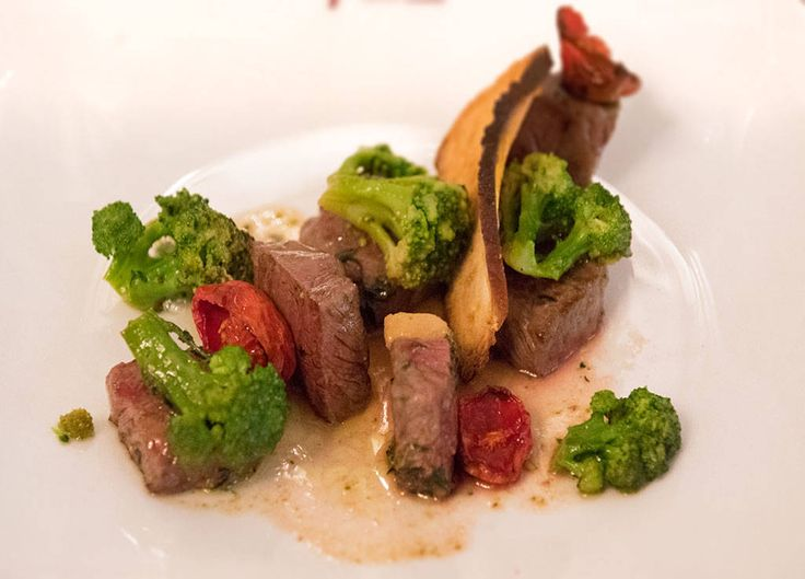 Entrecote di manzo cubettata alla birra artigianale con broccoli di Sicilia / Entrecote of beef with craft beer and broccoli of Sicily #arlu #ristorantearlu #italianfood #italianrestaurant #italiancuisine