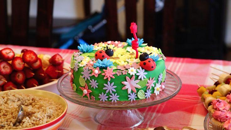 Torta panqueque pastelera cereza. Cobertura de fondant, flores silvestres de pastillaje.