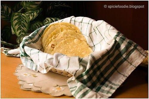 En ciertas partes de Europa por desgracia no hay tortillas Mexicanas ni fábricas de tortillas. Aunque me he encontrado los paquetes de tortilla de harina, pero a mi me saben horrible con un sabor a plástico. Y las tortillas de maíz nunca las he encontrado. Así que de nuevo he tenido que sustituir y hacer con los ingredientes disponibles para hacer tortillas sin masa de harina. Mi receta es hecha con harina de maíz amarillo, mi sustituto para la masa de harina tradicional. (Porfavor ...