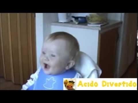 El bebé se rie con una risa contagiosa