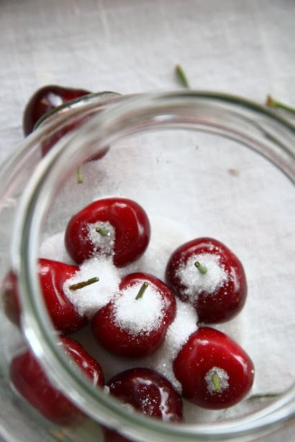 LE CILIEGIE SOTTO GRAPPA Ingredienti: ciliegie - quante bastano per i barattoli che intendete riempire zucchero - 2 cucchiai neibaratt...