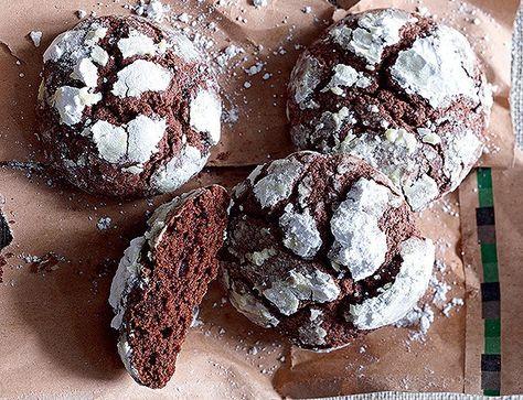 BOLAS DE NEVE Biscoito leva chocolate meio amargo e açúcar de confeiteiro