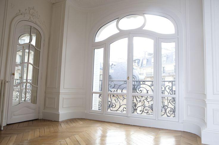 Vue De L Interieur Pour Cette Magnifique Fenetre En Bois Realisee Sur Mesure Pour Cet Appartement Parisien At Appartement Parisien Appartement Haussmannien