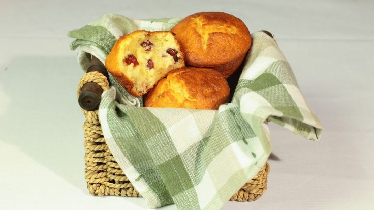 Ricetta Muffin ai mirtilli rossi e mandorle: Con i muffins ai mirtilli rossi e mandorle, potrete cominciare la giornata con una colazione golosa e profumata, genuina e sostanziosa. Oppure potrete infilarli nello zaino dei vostri bambini per la merenda a scuola