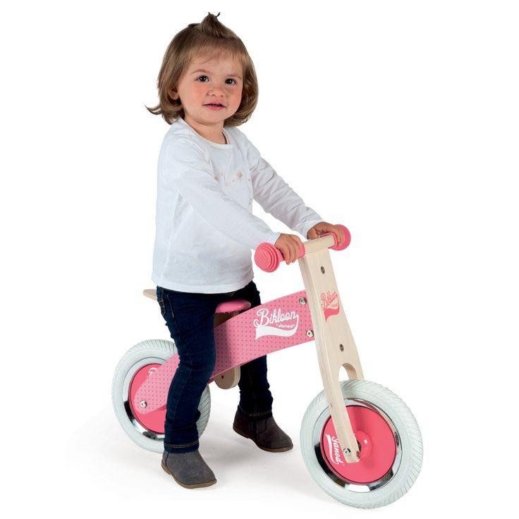 Drevené odrážadlo Little Bikloon je krásna hračka z dreva vhodná pre deti od 2 do 4 rokov. Výška rúčky je 51 cm, výška sedadla sa dá pohodlne nastaviť na 32-35 cm a jeho celková dĺžka je 70 cm.