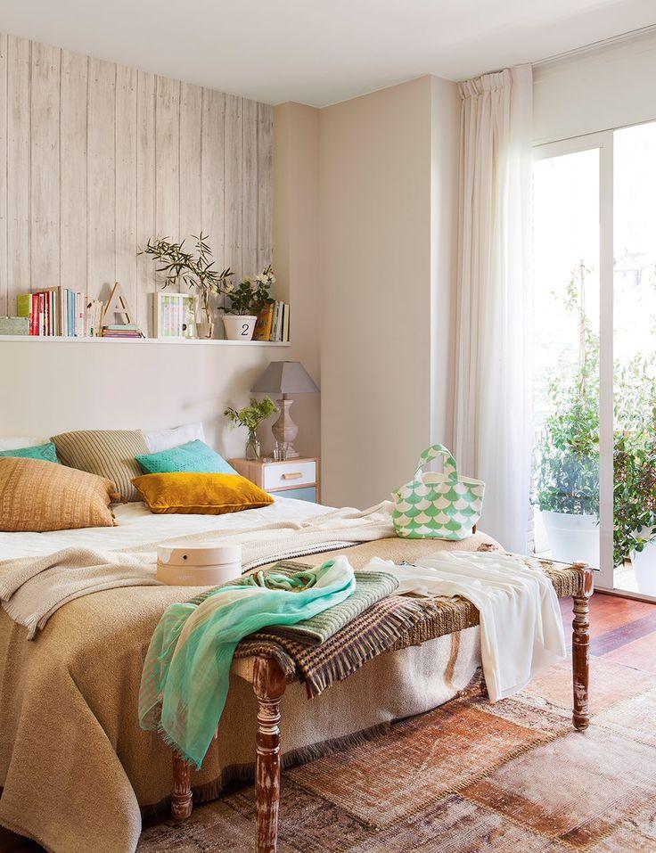 Dormitorio principal con cabecero de obra y banqueta a los pies de la cama