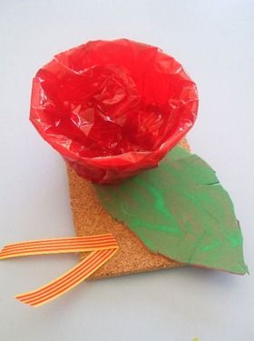 Ouera de cartró folrada amb paper de cel·lofana vermell.