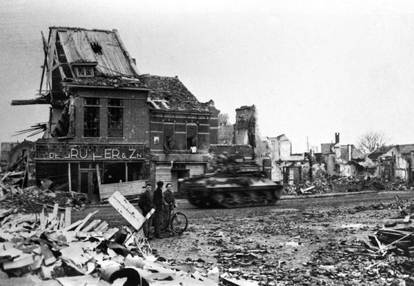 Another heavily targeted Dutch city: Flushing (Vlissingen) May '40.