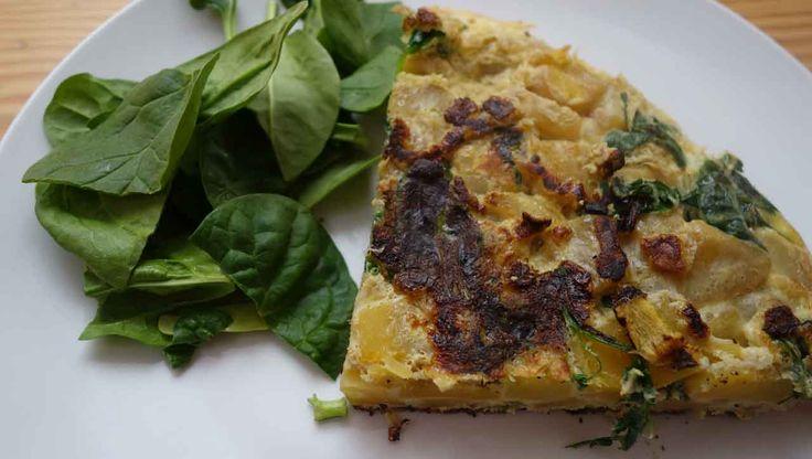 Spanisches Omelett auf Paleo Art: Mit ✓Süßkartoffeln ✓Eiern und ✓Zwiebeln. Verfeinert haben wir mit Spinat. Ein super Alltagsrezept, das auch als Frühstück funktioniert.