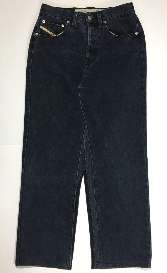 DESCRIZIONE ARTICOLO:   Marca: DIESEL Modello: gonna jeans, ricavata dai jeans, con due spacchi, vita alta, non elasticizzata, 3 tasche anteriori, 2 tasche posteriori Size w31 Taglia italiana 44/46 verificate le misure Materiale: 100% cotone Abbottonatura: 4 bottoni logati Condizioni: usato, ottime condizioni come da foto   Misure: Girovita 78 cm Fianchi 50 cm Lunghezza gonna 102 cm Lunghezza spacco anteriore 59 cm Lunghezza spacco posteriore 36 cm   Come vengono prese le misure? La gonna…