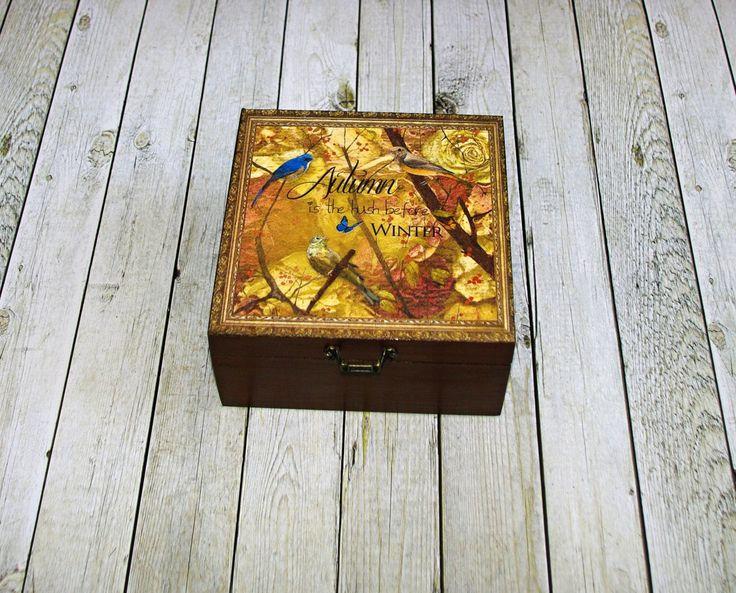 Podzimní+Dřevěná+krabička+o+rozměrech+cca+16,2x16,2+cm+a+výšce6+cm.+Krabička+je+natřena+akrylovými+barvami,+ozdobená+technikou+decoupagea+zapínáním.+Následně+přetřena+lakem+s+atestem+na+hračky,+uvnitř+nechána+přírodní.